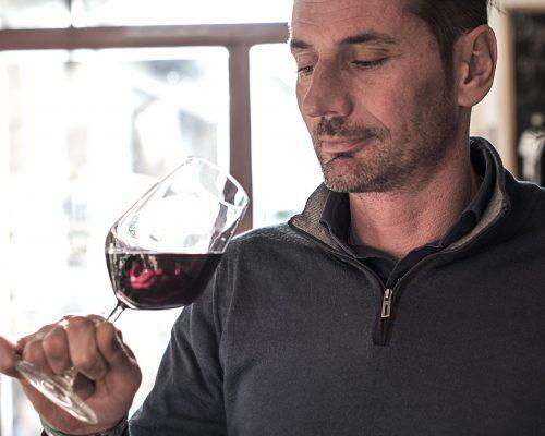 Giuseppe di Cantine Angeli degusta un vino rosso