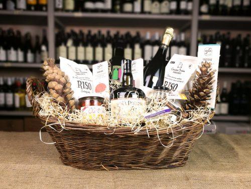 Cesta regalo con prodotti biologici in vendita presso Cantine Angeli, Camaiore (Lucca)