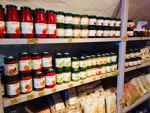I ripiani della bio bottega Cantine Angeli, stipati di conserve e altri prodotti biologici