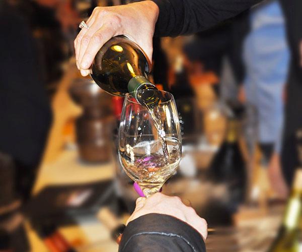 calice di vino bianco durante la degustazione